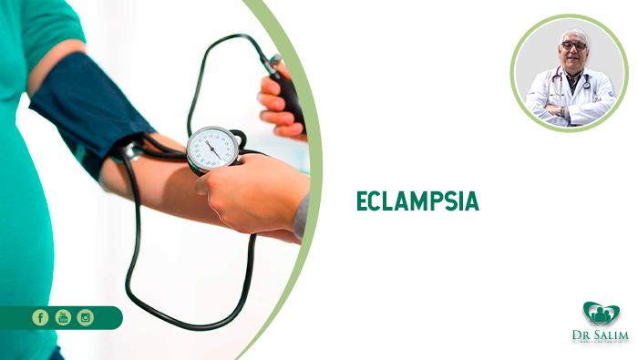 A imagem mostra uma mulher grávida com o aparelho de medir pressão no braço, e um médico à sua frente apertando a bombinha e olhando para o relógio.