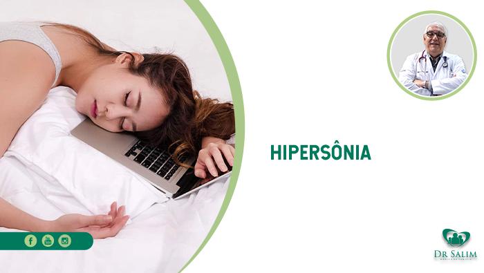 A imagem mostra uma mulher deitada em sua cama, com um notebook servindo de travesseiro.