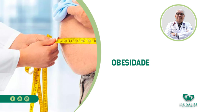 A imagem mostra um médico medindo com uma fita métrica a barriga de um homem acima do peso.