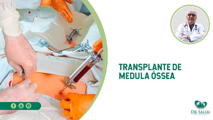A imagem mostra duas mãos manuseando uma seringa com sangue injetada na pele de um paciente que está deitado na maca de cirurgia.